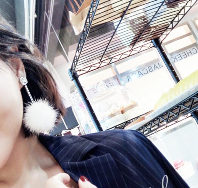 ต่างหู,ตุ้มหูแฟชั่นสไตล์เกาหลีคริสตัลกลมแต่งปอมปอมสีขาว