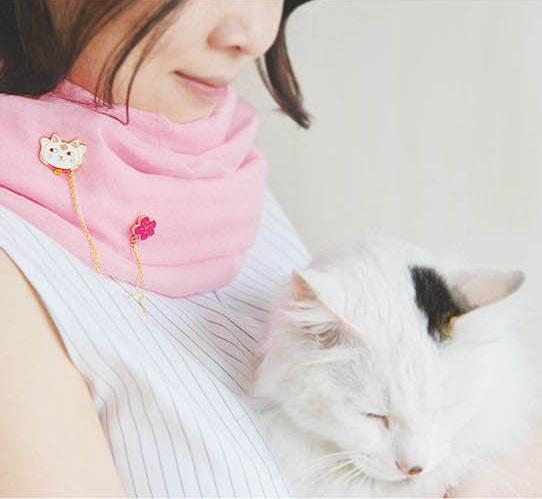 เข็มกลัดติดปกเสื้อรูปแมวกวักและดอกซากุระ
