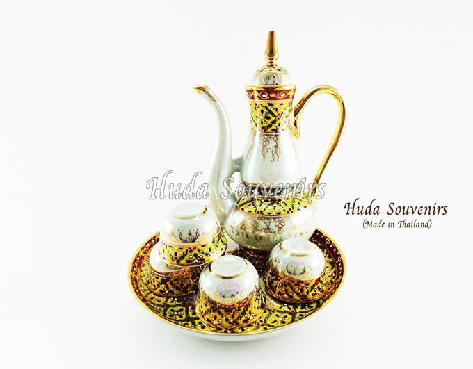ของที่ระลึกไทย ชุดน้ำชาเบญจรงค์ กาอรชร ขนาดกลาง เบญจรงค์ลายเนื้อนูนเคลือบมุข สินค้าพร้อมส่ง (ราคารวมกล่อง)