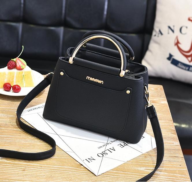 [ พร้อมส่ง ] - กระเป๋าแฟชั่น ถือ/สะพาย สีดำ ขนาดกระทัดรัด หนังสวยอยู่ทรงสวย ดีไซน์สวยเก๋ ดูดี งานหนังสวยมากค่ะ