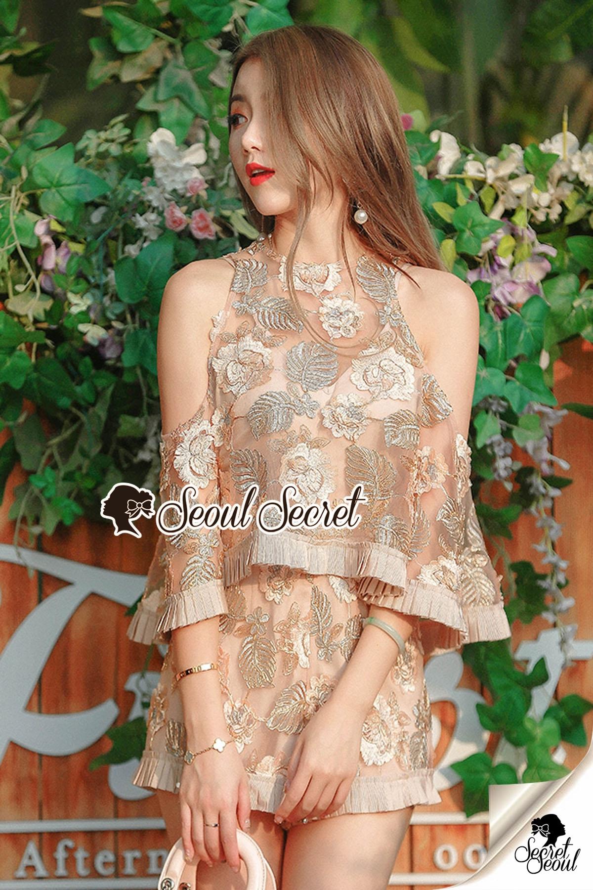 เสื้อผ้าแฟชั่นเกาหลีพร้อมส่ง Lovely Gold Blossom Lace Pleaty JumpSet