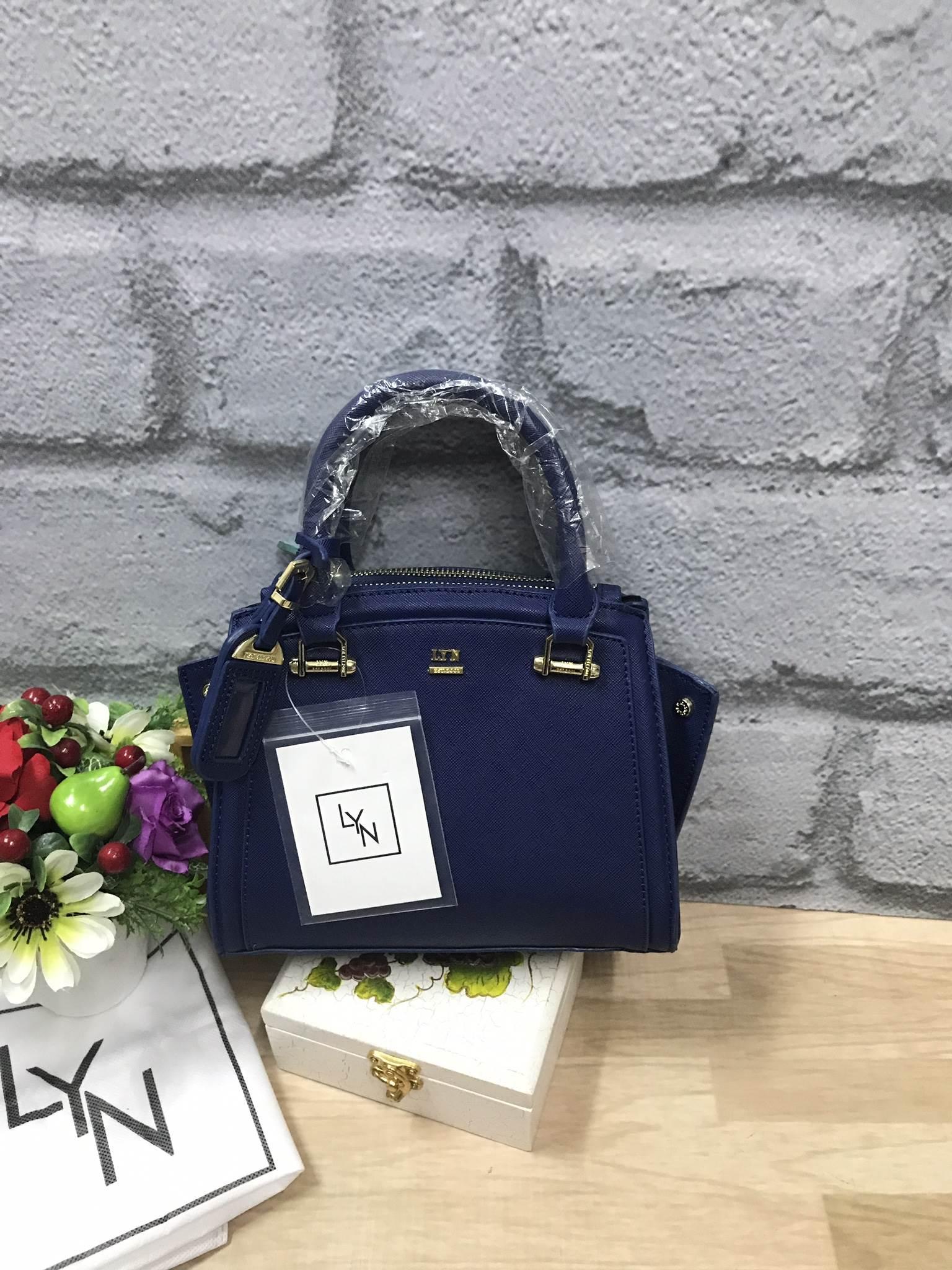 LYN Madison Bag สีน้ำเงิน กระเป๋าถือหรือสะพายทรงสวย รุ่นใหม่ล่าสุด วัสดุหนัง Saffiano