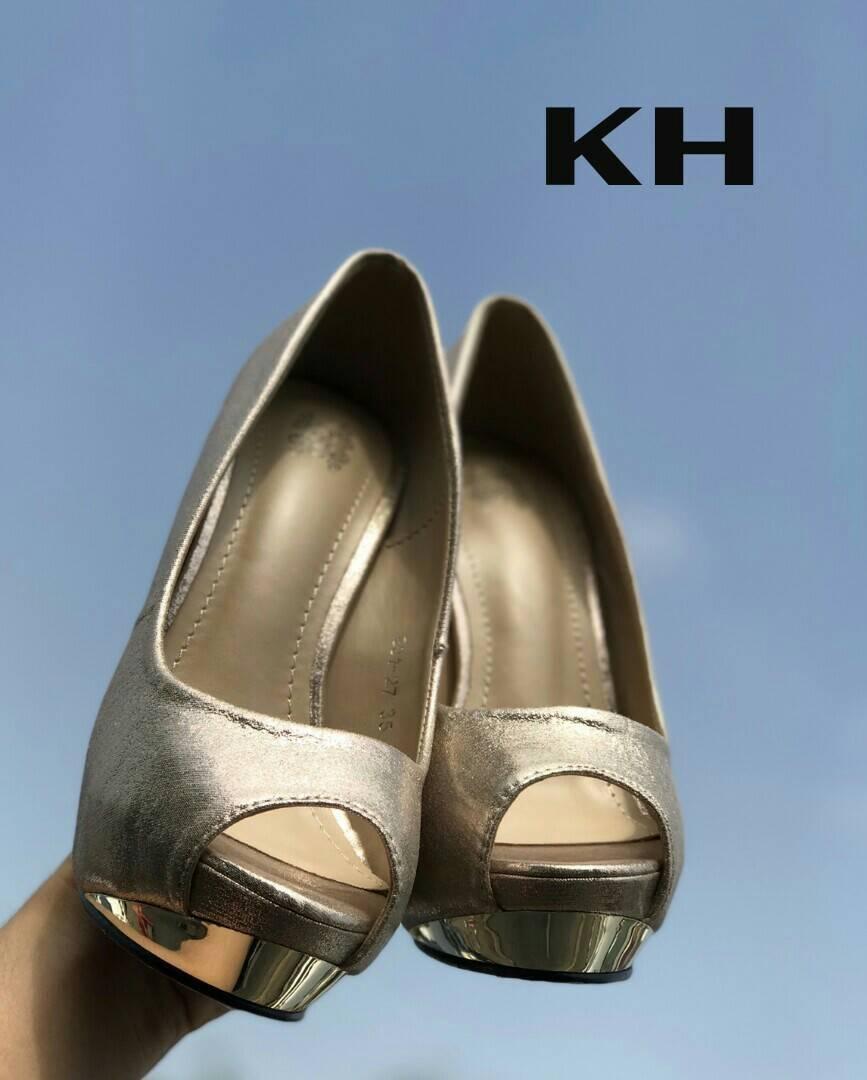 รองเท้าคัทชู ส้นสูง เปิดนิ้ว แต่งส้นเคลือบเงาสวยหรู ทรงสวย หนังนิ่ม ใส่สบาย ส้นสูงประมาณ 5 นิ้ว เสริมหน้า แมทสวยได้ทุกชุด