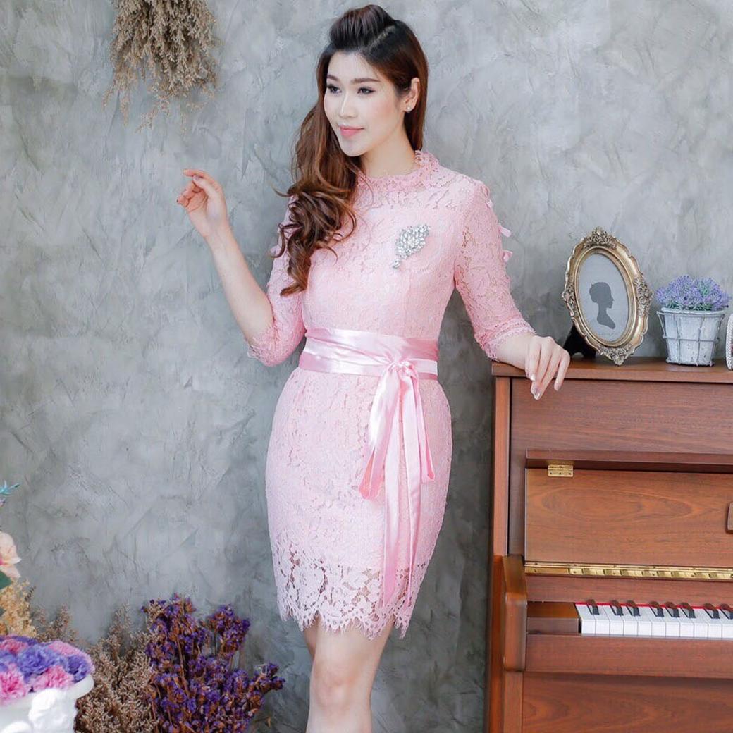 แฟชั่นชุดออกงาน ชุดไปงานแต่งงานสีชมพู เดรสลูกไม้ แขนสี่ส่วนผ่าข้างและเย็บแต่งโบว์