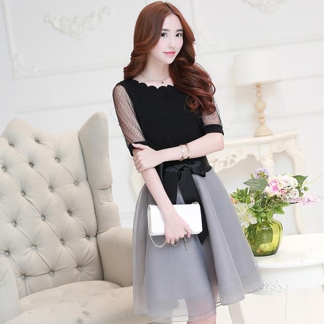 ชุดสวยๆโทนสีเทาดำสไตล์กาหลี เซตเสื้อสีดำคอตัดขอบเป็นคลื่น แขนสั้นซีทรู + กระโปรงโทนสีเทาผ้า organza พองๆ ผูกโบว์น่ารักๆ