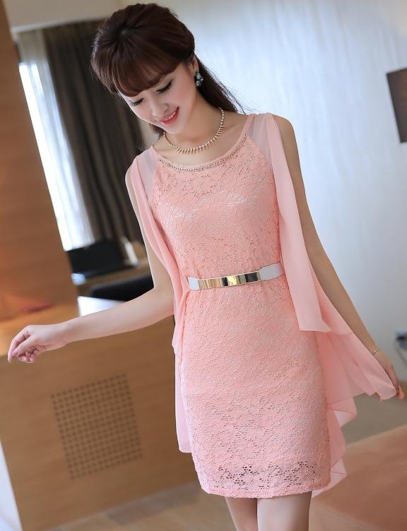 ชุดเดรสออกงานสวยหรู สีชมพู เข้ารูป แขนเสื้อเป็นแบบปีกค้างคาวผ้าชีฟอง หรือจะใส่แบบผูกไว้ข้างหลังก็น่ารักไปอีกแบบ มาพร้อมเข็มขัดสวยๆเข้าชุด