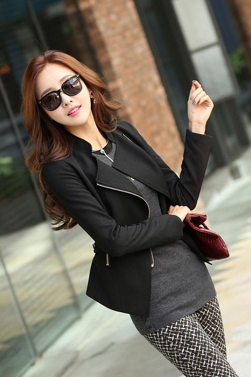 เสื้อสูทแฟชั่น เสื้อสูทผู้หญิงสีดำ คอปก แต่งด้วยซิบรูด ดีเทลสายรัดด้านหลัง แต่งระบายชายเสื้อด้านหลัง
