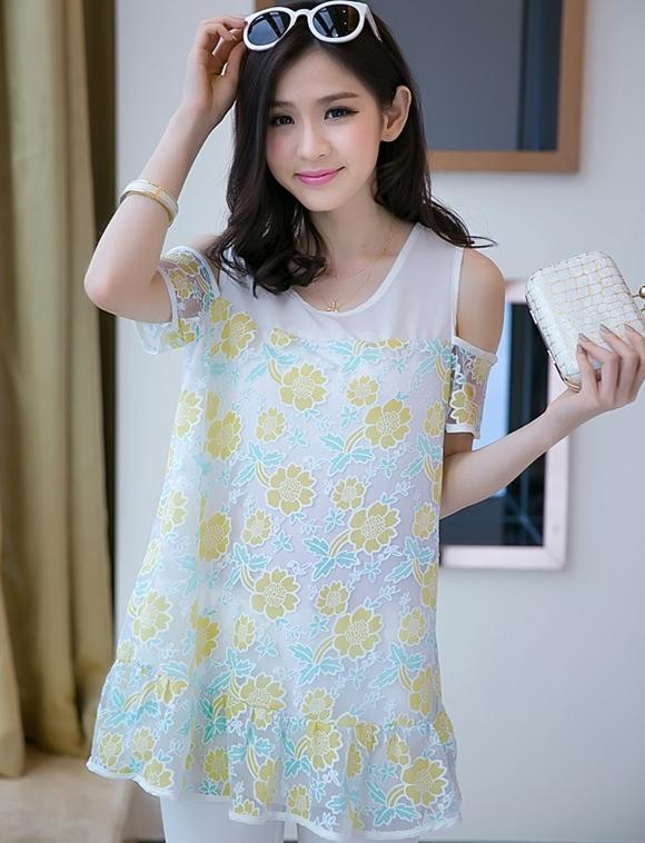 เสื้อแฟชั่นเกาหลี สีเหลือง คอกลม เว้าไหล่ แขนสั้น ทรงตรงใส่สบายไม่อึดอัด เสื้อเป็น 2 ชั้น ชั้นนอกจะเป็นผ้าใยแก้วลายด้วยดอกไม้สวยๆ ซับในผ้าชีฟองสีขาว
