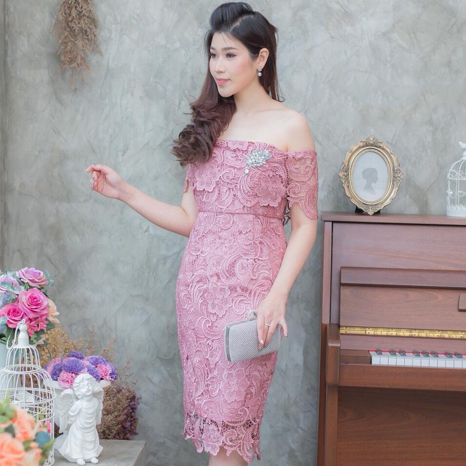 ชุดออกงานลูกไม้เปิดไหล่สีชมพู ทรงสอบเข้ารูป ทรงสวย เรียบหรู ดูดี ใส่ไปงานแต่งงาน ออกงานกลางวัน/งานกลางคืน