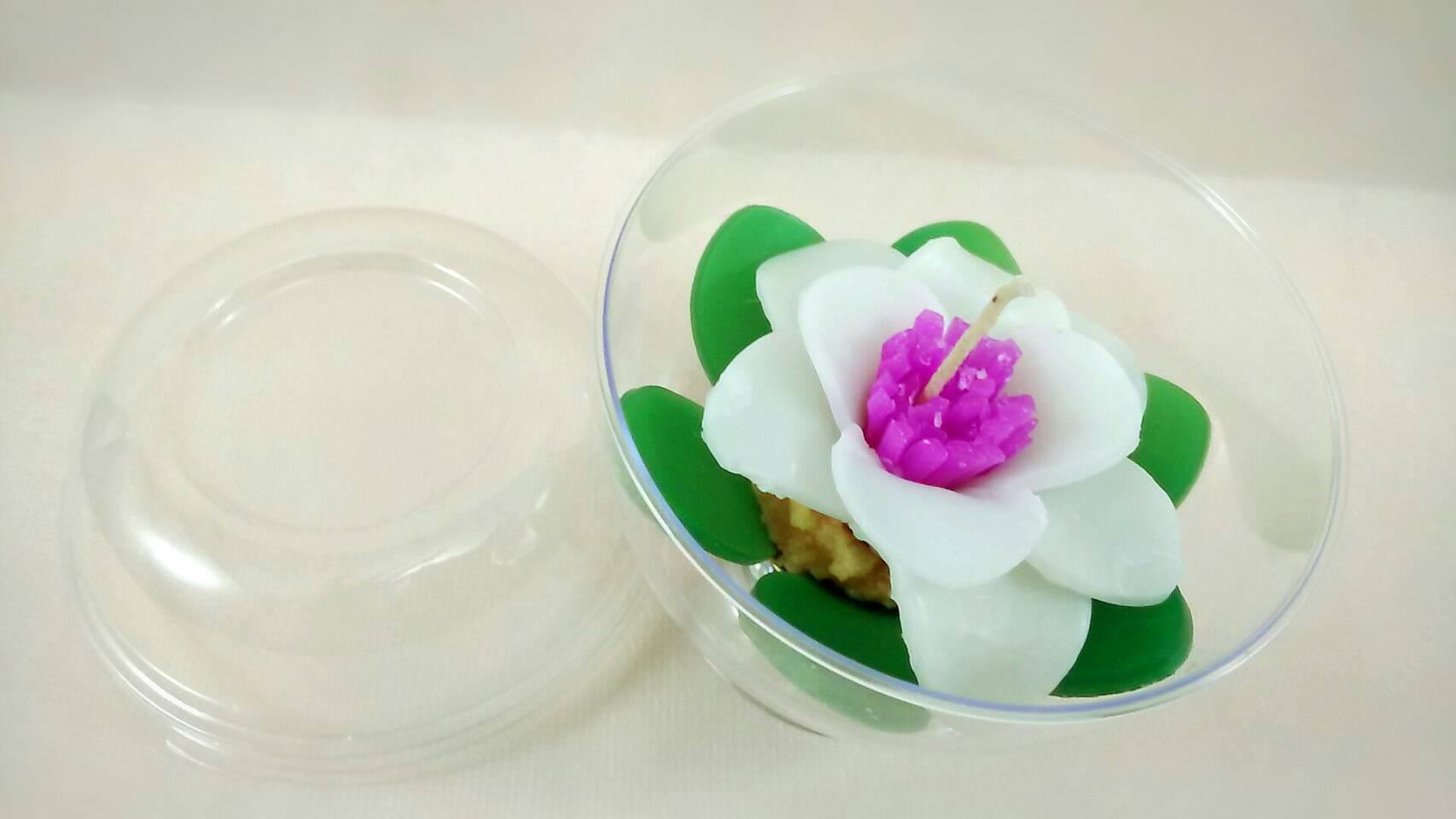 ชุดดอกบัวเล็กสีขาววางบนถ้วยทีไลท์ใส่ถ้วยพลาสติกโดม ขนาด 9x9x8 cm.