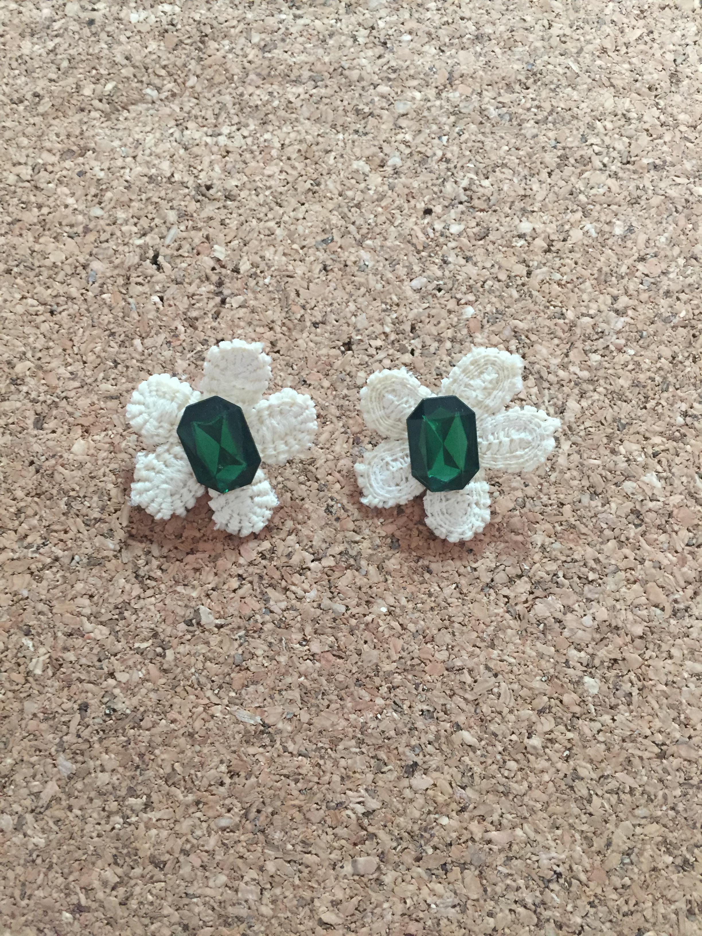 P001 ต่างหูดอกเดซีประดับคริสตับสีเขียว