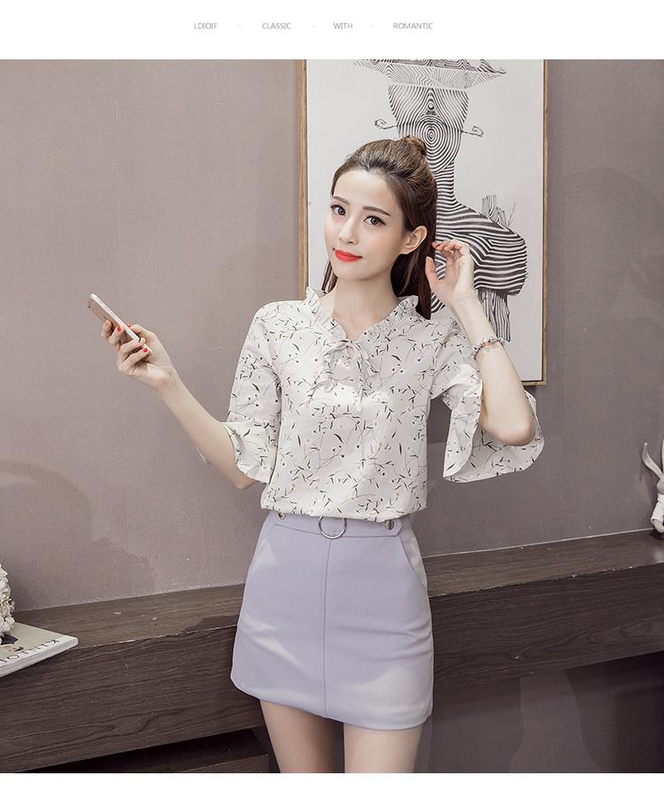 เสื้อแฟชั่นเกาหลี แต่งคอเสื้อ และชายแขนเสื้อแบบระบาย พิมพ์ลายใบไม้ลายเล็ก เนื้อผ้าชิฟฟอน