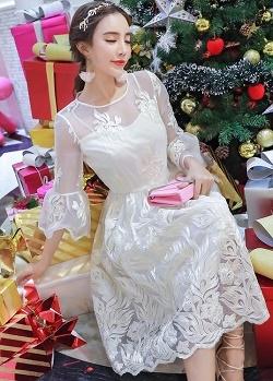 เดรสสไตล์เจ้าหญิง ผ้าลูกไม้ปักลายสีขาว งานปักละเอียดสวยมากค่ะ แขนยาวสี่ส่วน แขนเสื้อทรงกระดิ่ง