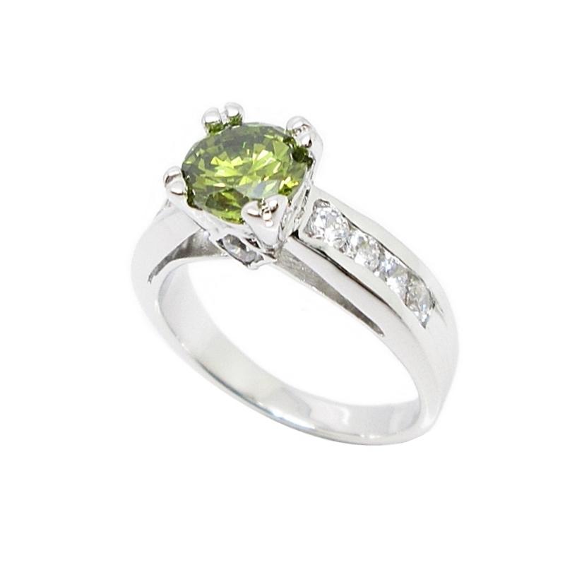 แหวนพลอยสีเขียวส่องประดับเพชรข้างชุบทองคำขาว