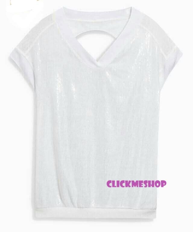 (ไซส์ 16 หน้าอก 42-44 ยาว 27 นิ้ว)เสื้อยืดคอวี สีครีม ยี่ห้อ. next ช่วงหัวใหล่ทั้งสองข้างมีติดเลื่อม ที่อกเสื้อมีกระเป๋าแบบฝังติด น่ารักคะ