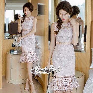 ชุดเดรสทอลายลูกไม้สีชมพูอ่อนกับใบไม้สลับ หมวดหมู่ เสื้อผ้าแฟชั่นเกาหลี Seoul Secret