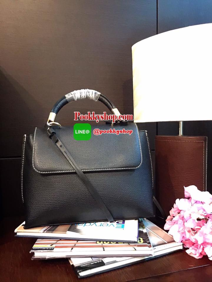 ReStock รุ่นยอดนิยมคลาสสิคตลอดกาล H&M Shoulder Bag กระเป๋าถือหรือสะพายรุ่นล่าสุดจากแบรนด์ H&M วัสดุหนังสีดำขึ้นลายสวยหรูอยู่ทรง ขนาดกำลังดี น้ำหนักเบา ดีไซน์หรูสไตล์ Casual หูกระเป๋าประดับอะไหล่สีทองเเข็งเเรงจับถนัดมือ พร้อมสายสะพายยาวถอดได้ ภายในกว้างเเล