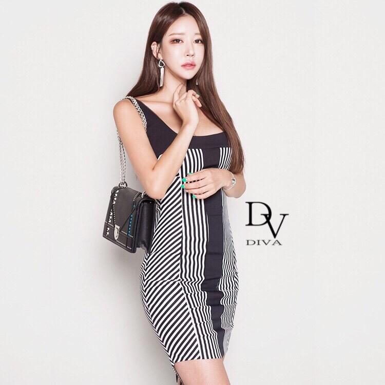 เดรสสายเดี่ยวใหญ่ลายทางเฉียง ออกแบบมาเพื่อเอาใจสาว ๆ คอเสื้อถูกออกแบบให้เป็นคอเหลี่ยมน่ารักที่สุด Diva by Korea