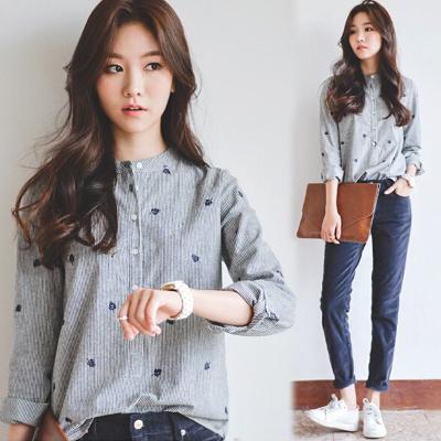 Pre Order เสื้อเชิ้ตสไตล์เกาหลี ลายแนวตั้ง แขนยาวคอจีน แต่งลายปักทรงเข้ารูป สีตามรูป