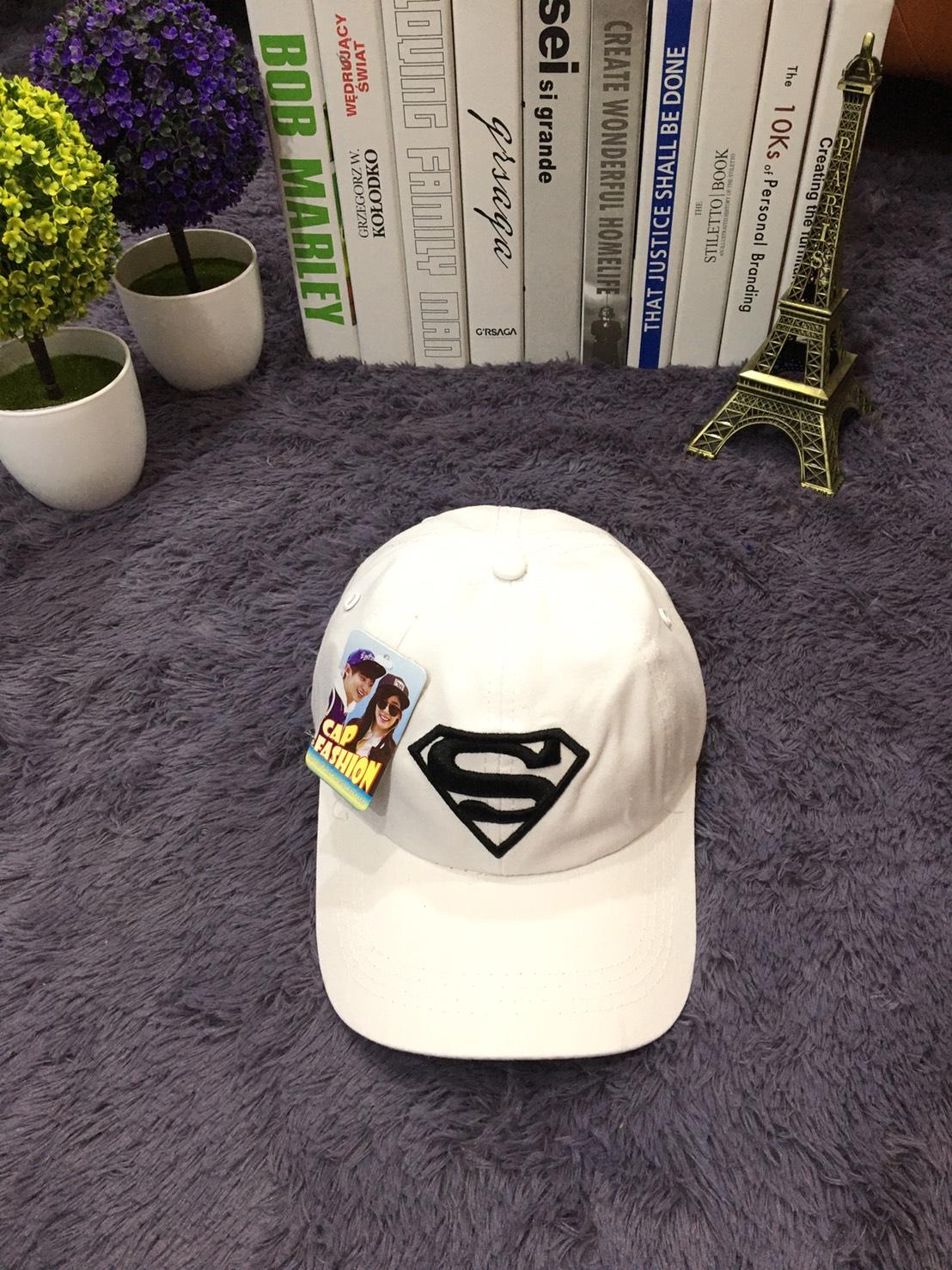 **พร้อมส่ง** หมวกแก๊ปแฟชั่น ปัก S สัญลักษณ์ซุปเปอร์แมน สวยเทห์ด้านหลังปรับขนาดได้ มี 2 สี