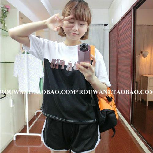 ++สินค้าพร้อมส่งค่ะ++ sport set เกาหลี เสื้อแขนสั้น สกรีน PEU ด้านหน้า เล่นสีผ้า+กางเกงขาสั้นแต่งขอบ มี 2 สีค่ะ – สีดำ/ขาว