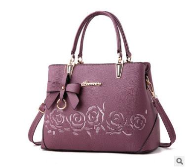 พร้อมส่ง กระเป๋าถือและสะพายข้างผู้หญิง แต่งโบว์ห้อย ปักลายดอกกุหลาบ รหัส Yi-2086 สีม่วง 1 ใบ