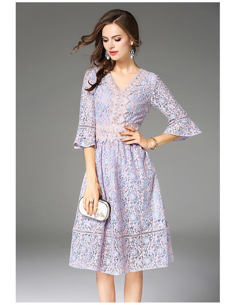 ชุดเดรสลูกไม้ ลายดอกไม้โทนสีฟ้าและชมพูผสมกัน คอวี หน้าอกเสื้อ คอเสื้อและเอว แต่งด้วยผ้าถักโครเชต์