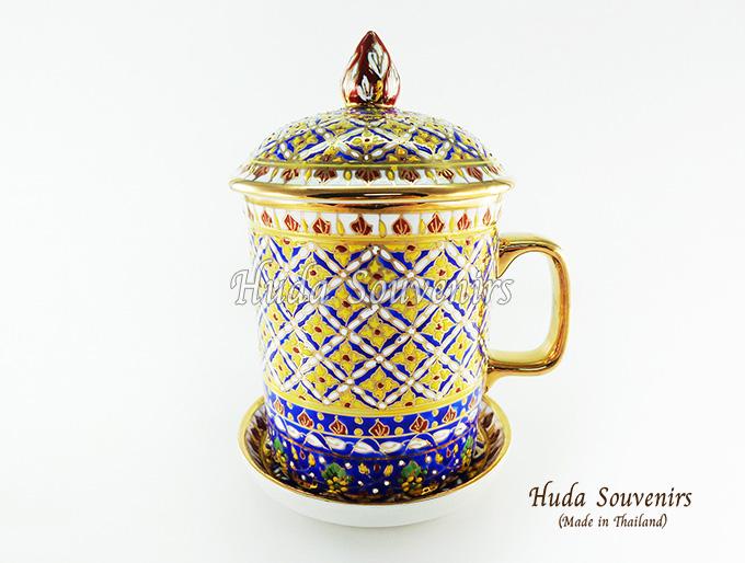 ของที่ระลึก แก้วมัคเบญจรงค์ ลวดลายดอกพิกุลสีเหลือง โทนสีน้ำเงิน ลายเนื้อนูนเคลือบผิวเงา สินค้าพร้อมส่ง (ราคาไม่รวมกล่อง)