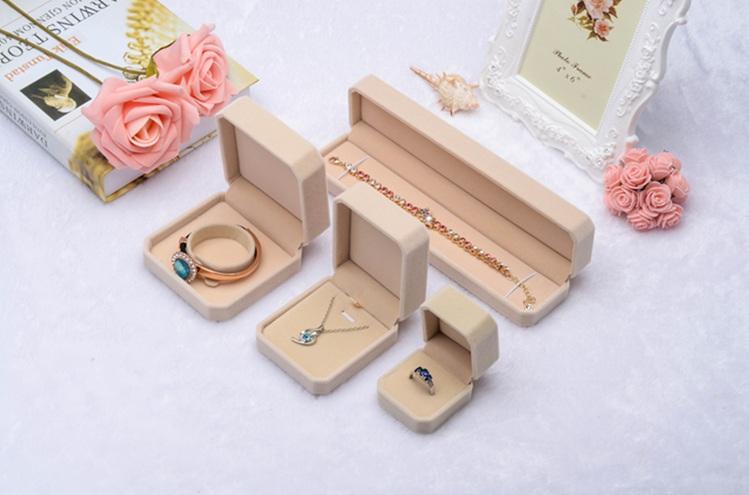 ชุดกล่องใส่เครื่องประดับขายยกเซ็ต 4 ชิ้น ตามรูป เช่นแหวน สร้อย กำไร