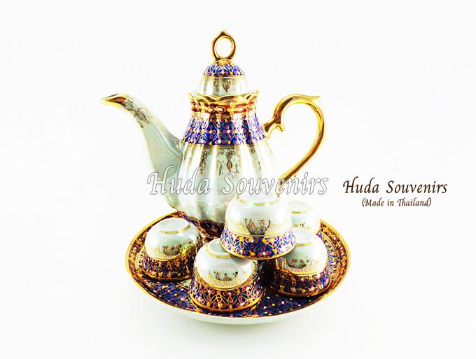ของที่ระลึกไทย ชุดน้ำชาเบญจรงค์ กาอ้วน ขนาดกลาง เบญจรงค์ลายเนื้อนูนเคลือบมุข สินค้าพร้อมส่ง (ราคารวมกล่อง)