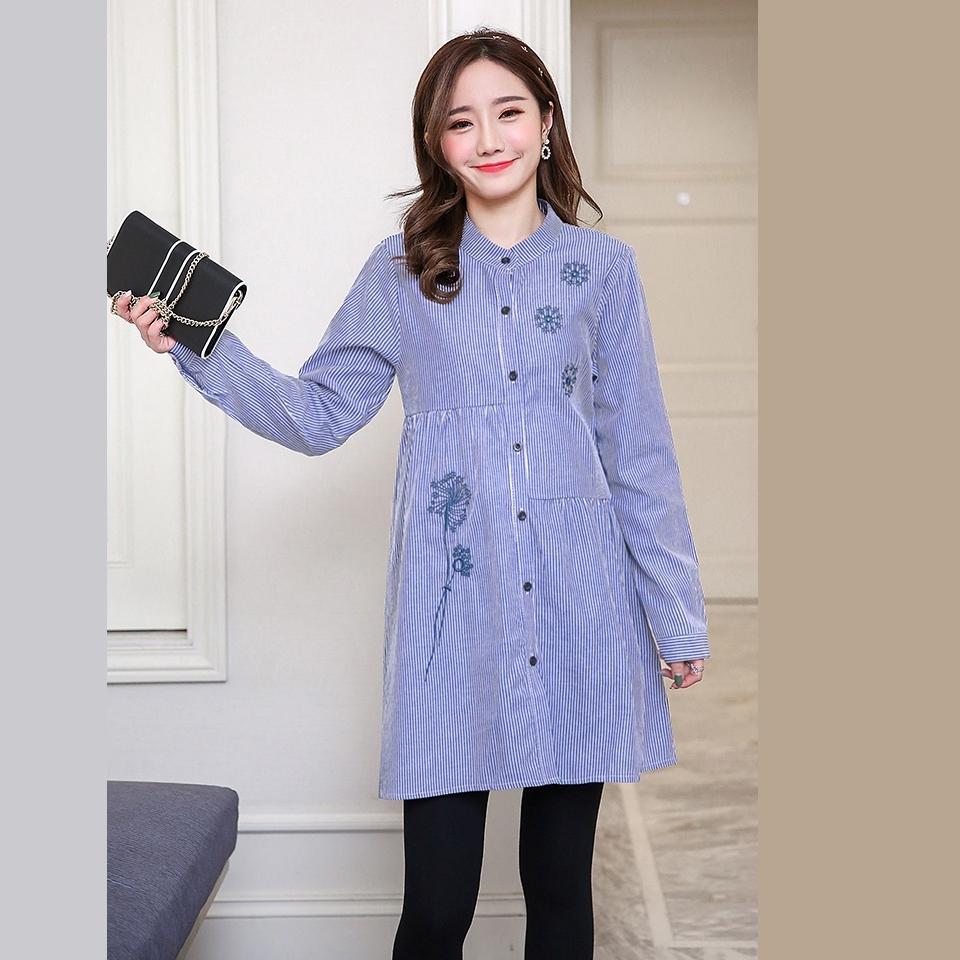 เสื้อคลุมท้องแขนยาวสีฟ้าลายเส้น คอจีน ปักลายดอกหิมะที่อกซ้าย กระดุมผ่าด้านหน้าแกะได้ ผ้านิ่มใส่สบายค่ะ