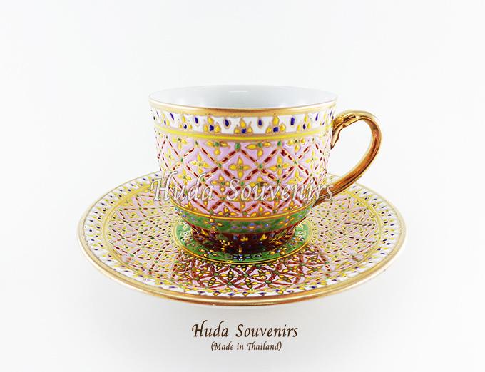 ของที่ระลึก แก้วกาแฟเบญจรงค์ ทรงกลม ลวดลายดอกพิกุล โทนสีชมพู ลายเนื้อนูนเคลือบผิวด้าน สินค้าพร้อมส่ง (ราคาไม่รวมกล่อง)