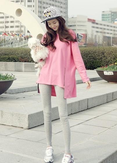 เสื้อยืดตัวยาว สีชมพูหวาน แต่งซิปด้านข้าง ชายเสื้อด้านหน้าสั้น ด้านหลังยาว